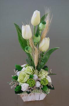 Velikonoční+košík+s+tulipány+-+v+zelenokrémové+Velikonočnídekorace+v+březovémkošíkuvzelinkavých+a+krémovýchodstínech.Dekorace+jezdobenápěnovýmia+papírovými+růžemi+a+umělými+tulipány,obilím,+vajíčky,ratanovými+kouličkamiatravinami.+Velikostdekorace+je+cca:+výška35+cm,šířka16+cm+x16+cm. Easter Flower Arrangements, Easter Flowers, Floral Arrangements, Tissue Paper Flowers, Deco Floral, Flower Aesthetic, Easter Crafts, Flower Decorations, Diy And Crafts