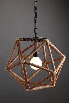 Un éclairage moderne fabriqués à la main dans le dessin géométrique de licosaèdre, fabriqués à partir de bois de chêne. Cette lampe peut être utilisée