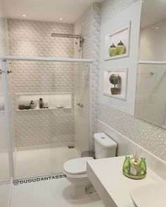 A imagem pode conter: área interna Bathroom Interior Design, Bedroom Design, Bathroom Styling, Simple Bathroom Decor, Small Bathroom Decor, Toilet Design, Bathroom Design Small, Luxury Bathroom, Bathroom Decor