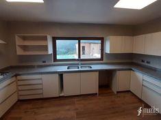Muebles de cocina con interior en melamina blanca de 18mm, puertas y costados a la vista en melamina imitación madera masisa de 18mm, herrajes con sistema cierre suave, cubierta en granito gris mara, Quintay, Chile.
