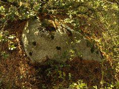 Menhir chico tumbado en el promontorio del barranco de San Bartolomé con el río Sía. Está perfectamente alineado a la peyré de la ermita de San Bartolomé.