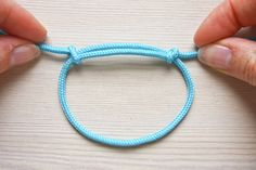 Learn how to tie a simple sliding knot, ideal for both bracelets and necklaces that you want to be adjustable, or where you don't want to use metal clasps. bracelets Simple Sliding Knot - Make and Fable Slip Knot Bracelets, Bracelet Knots, Bracelet Crafts, Knot Necklace, Cord Bracelets, Bracelet Making, Survival Bracelets, Necklace Sizes, Sliding Knot