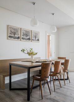 Comedor que aplica la naturaleza mediante muebles de madera, flores y dibujos de los árboles.