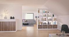 Weißes Regal als Raumteiler unter einer Dachschräge im Wohnzimmer mit dazu passender Kommode.