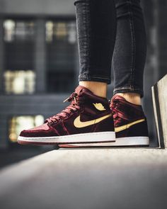 Air Jordan 1 Retro Hi Maroon Gold
