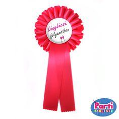 Kitűző a lánybúcsú minden résztvevőjének, rózsaszín felirattal és pezsgős pohár mintával, szalaggal Minden