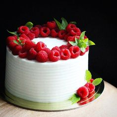 There are many types of cakes today, fruit cakes have no fancy appearance, only fruit and cream itself, but are the most popular cakes. The fruit cake is s Strawberry Wedding Cakes, Fruit Wedding Cake, Cool Wedding Cakes, Fresh Fruit Cake, Fruit Cakes, Big Cakes, Fancy Cakes, Fruit Cake Design, Chocolate Fruit Cake