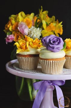 Cupcakes with roses and daffodil sugar flowerstutorial by Juniper Cakery