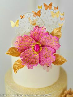 Mini pastel con flores de azúcar.