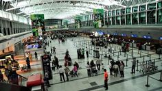 """LOS ARGENTINOS QUE VIAJEN A ESTADOS UNIDOS PODRAN REALIZAR EL INGRESO EN EZEIZA      Los argentinos que viajen a Estados Unidos podrán realizar el ingreso en Ezeiza Será un beneficio para pasajeros que vuelen de fora directa al país del norte. Explicaron que """"esto implica que los pasajeros al arribar a su destino en Estados Unidos lo harán como si llegasen en un vuelo doméstico por lo que evitarán procedimientos migratorios y de Aduana"""" todos los detalles. El Ministerio de Seguridad Interior…"""