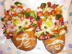 Do vyřezaných a vydlabaných čerstvých chlebů (já použila malé kmínové chleby) plníme do ruliček smo... Brunch Buffet, Party Buffet, Easy Food Art, Party Platters, Food Decoration, Food Humor, Food Design, Food Styling, Sandwiches