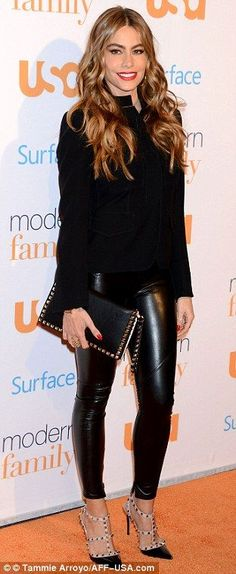 Sofia Vergara Red Carpet Photos - Modern Family Fan Appreciation Day in Westwood, Sofia Vergara Style, Outfits and Clothes. Sofia Vergara, Outfits Leggins, Valentino Pumps, Valentino Rockstud, Outfit Trends, Leather Trousers, Leather Shoes, Skin Tight, Passion For Fashion