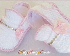 sapatenis-menina-02-a-04-meses-pronta-entrega-sapatenis-em-croche Crochet Baby Sandals, Booties Crochet, Crochet Baby Clothes, Crochet Shoes, Crochet Slippers, Hat Crochet, Baby Boots, Baby Girl Shoes, Kid Shoes