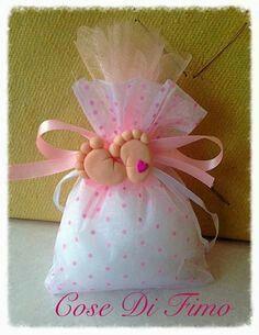 Pon un toque original y diferente a los obsequios o souvenirs del fiesta entregándolos en saquitos o bolsitas de tela. Puedes usar cualquie... Baby Crafts, Diy And Crafts, Crafts For Kids, Baby Shower Parties, Baby Shower Gifts, Baby Shower Souvenirs, Baptism Candle, Baby Shawer, Diy Upcycling