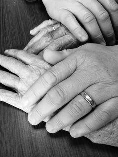 Jouw hand in mijn hand. Oma en kleinzoon, bloedverwanten