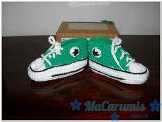 escarpines/ botitas tejidas en crochet... tipo Converse All Star... tamaño 3-6 meses... Encontrame en Facebook. Macarumis