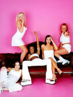 "Melanie Brown (""Scary Spice""), Melanie Chisholm (""Sporty Spice""), Emma Bunton (""Baby Spice""), Geri Halliwell (""Ginger Spice""), and Victoria Beckham (""Posh Spice""). Emma Bunton, Geri Halliwell, Victoria Beckham, Mtv, 1990 Style, Drew Barrymore 90s, Mode Rose, Baby Spice, 90s Girl"