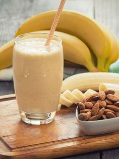 Gesunder Sattmacher: Bananen-Mandel-Shake Not only does the combination taste delicious, but chocolate does not need this banana almond shake anymore. Because Kayla Itsines knows how to sell cravings without giving up. Smoothie Proteine, Ginger Smoothie, Smoothie Recipes, Strawberry Smoothie, Healthy Smoothies, Healthy Drinks, Detox Recipes, Healthy Recipes, Shake Recipes