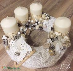 Arany, fehér kötött adventi koszorú, Dekoráció, Karácsonyi, adventi apróságok, Ünnepi dekoráció, Karácsonyi dekoráció, Mindenmás, Meska
