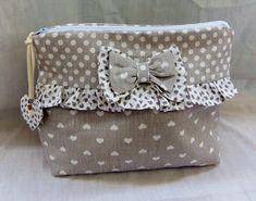 eskulanetan: Neceser con volantes y Stoney Creek Diy Bags Purses, Diy Purse, Purses And Handbags, Embroidery Purse, Techniques Couture, Fabric Boxes, Craft Bags, Patchwork Bags, Little Bag