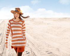 Weiter Pullover mit orangefarbenen und weißen Streifen selber stricken mit einer Strickanleitung aus Rebecca- mein Strickmagazin und dem ggh-Garn CONTINO (55% Merinowolle / 30% Polyacryl / 15% Alpaka). Garnpaket zu Modell 30 aus Rebecca Nr. 63 - by Rebecca Magazine