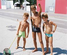 Le photographe et contributeur d'i-D Brett Llyod a partagé avec nous ses images d'un été à Naples. Les plages sont remplies, les ados débrouillards et le soleil harassant.