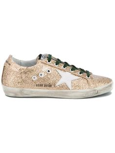 """Achetez Golden Goose Deluxe Brand baskets """"Super Star"""" en Lattuada from the world's best independent boutiques at farfetch.com. Découvrez 400 boutiques à la même adresse."""