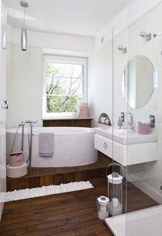 idées pour petite salle de bain avec un sol en bois et accessoire en rose