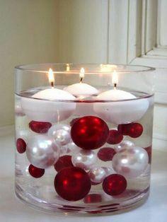 Crea fácil y rápidamente un arreglo navideño llenando un recipiente de cristal con esferas de tus colores favoritos. Esta es una manera sup...