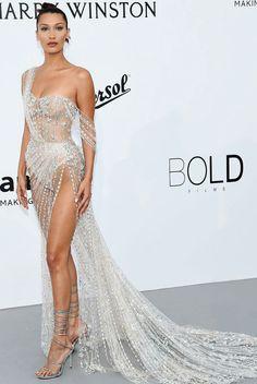 Já no segundo fim de semana do Festival de Cannes, Bella Hadid compareceu ao evento beneficente da amfAR com um modelo mega mega glamouroso e transparente da grife Ralph and Russo. A peça com fenda profunda e com um calda de respeito fez mais uma vez nossa musa brilhar no red carpet. O que achou?