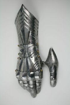 Guantalete de armadura, de estilo gótico