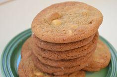 Av og til skulle jeg ønske at jeg hadde en dufteapp på bloggen. Da kunne jeg delt den deilige duften av nystekte cookies direkte med dere! Disse cookiene både lukter og smaker godt! Cookiene er lagd med lys brunt sukker som gir en litt karamellisert smak, og sammen med en dobbel dose vaniljeekstrakt, hvit sjokolade...