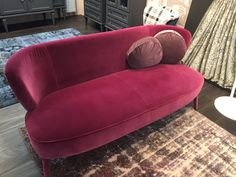 A rich, deep pink velvet sofa looks so luxurious. Pink Velvet Sofa, Colour Story, Color Trends, Love Seat, Black And Grey, Milan Design, Couch, Interior Design, Luxury