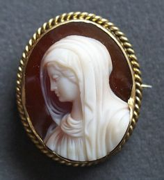 Madonna   Materials: agate, 14ct gold, brass.  Date of the cameo: ca 1880  Origin: Italy