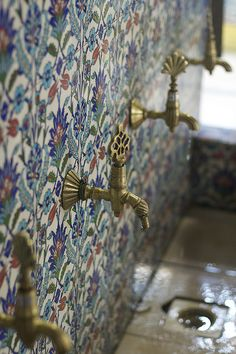 Beautiful tile mosaic around the taps of a fountain in the Grand Bazaar, Istanbul, Turkey. Photo by Alexey Klyukin Purple Home, Bad Inspiration, Bathroom Inspiration, Chinoiserie, Turkish Bath, Turkish Tiles, Turkish Decor, Portuguese Tiles, Moroccan Decor