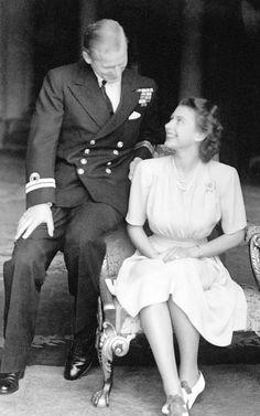 Teğmen Philip Mountbatten ve Prenses Elizabeth, Buckingham Sarayı'nda nişan ilanları... Temmuz 1947