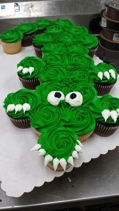 New Birthday Cupcakes Boy Sweets Ideas Pull Apart Cupcake Cake, Pull Apart Cake, Alligator Cupcakes, Alligator Cake, Alligator Party, Alligator Birthday, Cookies Cupcake, Fun Cupcakes, Jungle Cupcakes