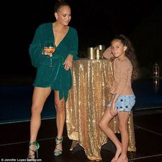 Jennifer Lopez flashes Cartier diamond ring on her wedding finger J Lo Fashion, Fashion Addict, Kids Fashion, Fashion Finder, Jennifer Lopez Quotes, Mode Glamour, Green Gown, Trends, Shakira