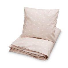 Prachtig dekbed van het Deense merk CamCam. Prachtige lichtroze print met witte zwanen. Het merk laat zich inspireren door Japanse patronen. Sluiting met rits o