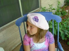 This past winter, every where I looked fashion berets were popping up on celebrities. In fact, I love HGTV Design Star, and this past season, one of my favorite designer's signature fa… Fleece Hat Pattern, Hat Patterns To Sew, Sewing Patterns, Fleece Crafts, Fleece Projects, Sewing Crafts, Sewing Projects, Sewing Ideas, Diy Projects