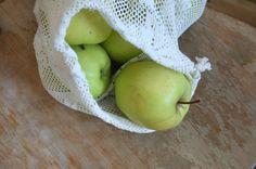 Grav fram gamle gardiner, kjøkkenhandkle og dukar du ikkje lenger brukar og lag posar til matvarer i lausvekt. Zero Waste, Pear, Apple, Fruit, Folk, Shopping Bags, Apple Fruit, Popular, Forks