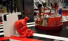 Detalhes vermelhos na cozinha trazem um charme a mais