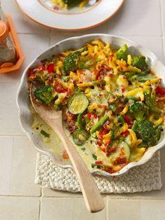 Gemüseauflauf mit Spätzle und geriebenem Käse
