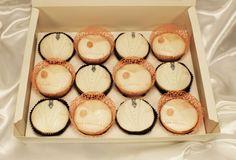 Diese romantischen Hochzeitscupcakes wurden von Lilli erschaffen. Sehr edel mit Spitze. Vielen Dank für das Bild :)  Wunderschöne Kapseln und Becher für Muffins & Cupcakes findet Ihr bei uns.  #pativersand #cupcakes #muffins #hochzeit #dekorspitze #feiern #edel  http://www.pati-versand.de/cupcakes/verpacken-und-praesentieren/cupcakes/