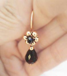 Diy Gemstone Earrings, Beaded Earrings Patterns, Fancy Earrings, Gold Earrings Designs, Small Earrings, Bead Earrings, Earrings Handmade, Ear Jewelry, Beaded Jewelry