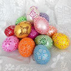Kraslice - Velikonoční vajíčka Kraslice jsou řádně dezinfikovány, některé vrtané, barvené ručně štětcem, ručně malované technikou voskový reliéf a navíc také kvalitně přelakované. Proto jsou naše kraslice pevnější a zůstavájí jako nové po mnoho let. Základní barva vajíčka: náhodná (dle skladových zásob) Vzoryna kraslicíchjsou různé - kvalitní ...
