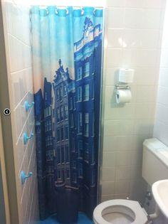 Printtapijt levert prachtige douchegordijnen met eigen fotoprints of dessins zoals hier voor een hostel in Amsterdam