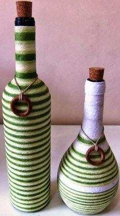 Garrafas decoradas com linhas Cansou-se daqueles conjuntos de vasinhos em cerâmicas que mais cansa do que decora sua casa? Ou gostaria d...