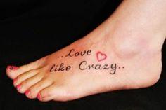 Frases de canciones  Los fanaticos de la musica no se quedan por fuera a la hora de tatuarse frases, por lo que pueden llegar a tener en su cuerpo la letra de su cancion preferida. Ya sea como un homenaje a la banda o como un recordatorio del significado que dicha cancion tiene para la persona. Los tatuajes de frases de canciones son de los más populares dentro de esta categoría de tatuajes.