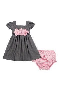Classy, old-fashioned, and perfectly adorable! Sweet satin flowers front a delightful dress with short gathered sleeves. Matching satin bloomers complete the look. Little Girl Fashion, Little Girl Dresses, Kids Fashion, Girls Dresses, Infant Dresses, Baby Dresses, Dress Girl, Outfits Niños, Kids Outfits